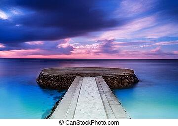 Wunderschöner Pier in Sonnenuntergang.
