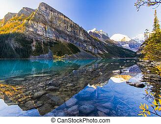 Wunderschöner See am frühen Morgen.