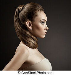 Wunderschönes Frauenporträt. Lange braune Haare