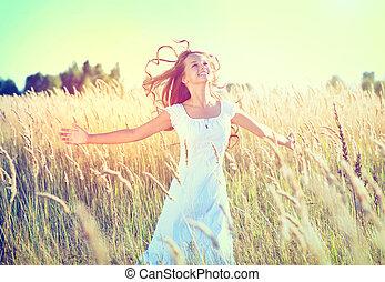 Wunderschönes junges Mädchen im Freien genießt die Natur.