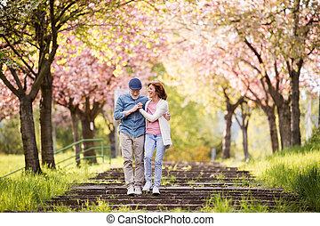 Wunderschönes Paar, das sich im Frühling liebt.