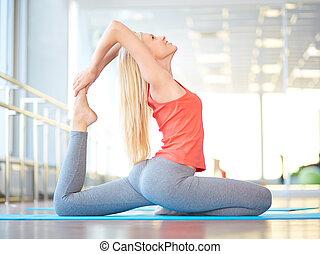 Yoga im Fitnessstudio.