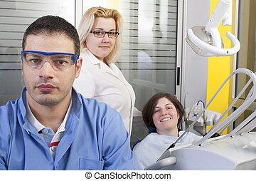 Zahnarzt im Prüfungszimmer.