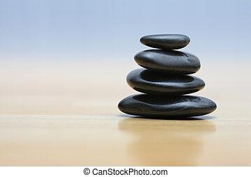 Zen-Steine auf Holzoberfläche