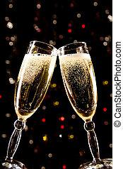 Zwei Champagnergläser machen Toast