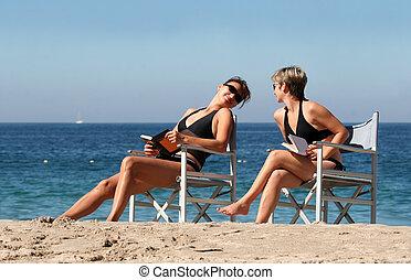 Zwei Frauen am Strand