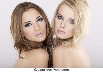 Zwei Freundinnen - blond und brünett