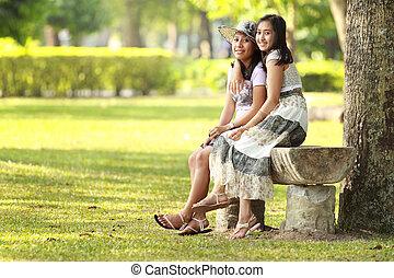 Zwei Freundinnen entspannen sich