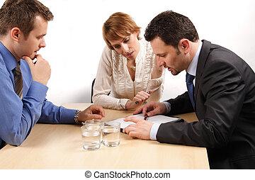 Zwei Geschäftsmänner und eine Frau über dem Vertrag