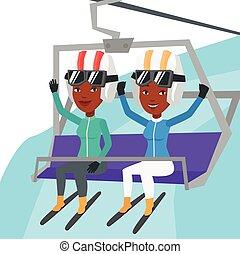 Zwei glückliche Skifahrer mit Seilbahn im Skigebiet.