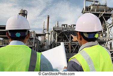 Zwei Ingenieure diskutieren ein neues Projekt.