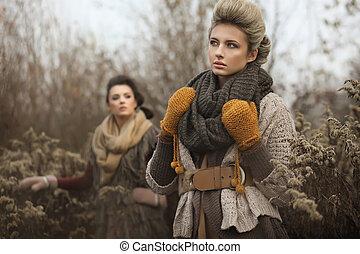 Zwei junge Damen im Herbst