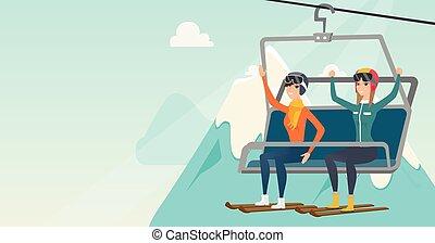 Zwei kaukasische Skifahrer mit Seilbahn im Skigebiet.