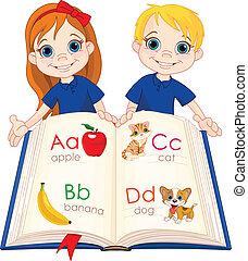 Zwei Kinder und ABC-Buch