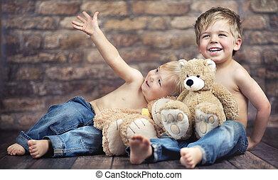 Zwei kleine Jungs genießen ihre Kindheit.
