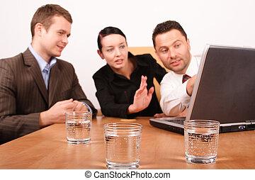 Zwei Männer und Frauen arbeiten an einem Projekt mit Laptop