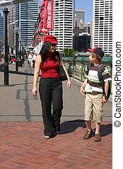 Zwei Menschen spazieren in der Stadt
