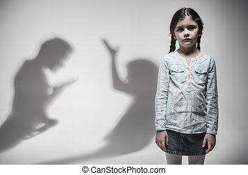 Zwei Silhouette, die Familienstreit ausdrückt