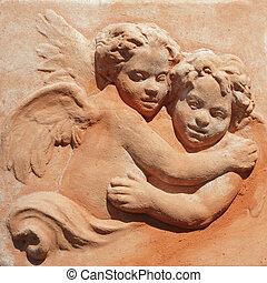 Zwei umarmende Engel - toskanische Töpferei.