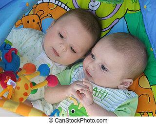 Zwillinge spielen